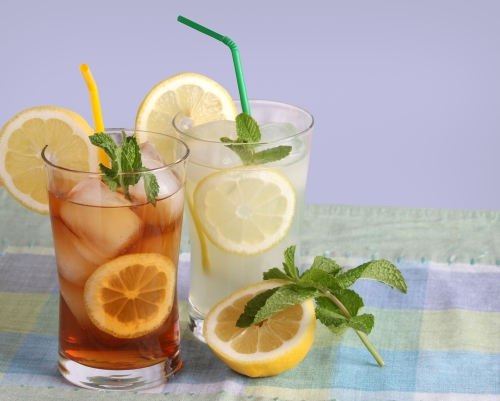 glasses-of-iced-tea-and-lemonade